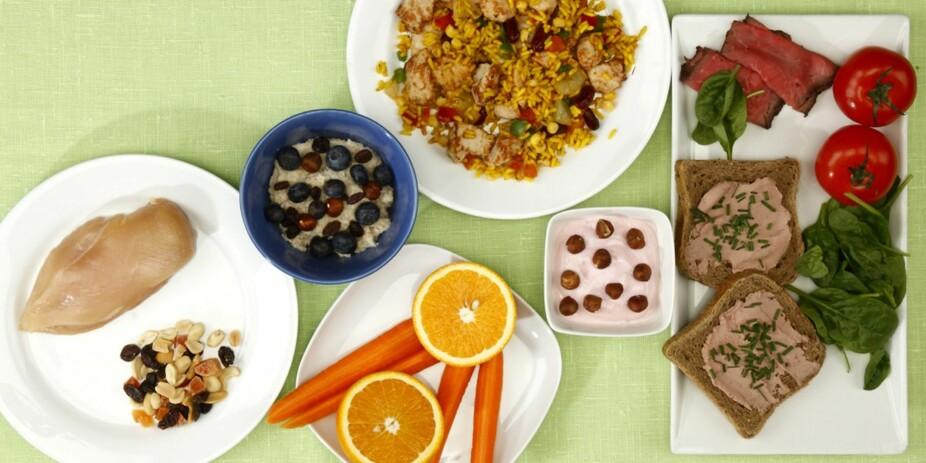 B-VITAMIN: Vitamin B6 er viktig for opptak av krom, magnesium og sink og for beskyttelse av nerveceller og produksjon av nervecellenes signalstoffer. 12 mg dekkes med: 1 neve nøtter/tørket frukt + 1 kyllingfilet. Vitamin B9/folat er viktig for normal celledeling, dannelsen av arvestoff og fosterets utvikling og vekst. 400 mcg dekkes med: 2 skiver grovbrød med leverpostei + roastbiff + spinat + tomat + 1 porsjon (1dl) havregrøt med rosin/nøtter og bær (laget med melk)+ 1 porsjon kyllingwok + 1 yoghurt med 10 nøtter + 1 gulrot + 1 appelsin.