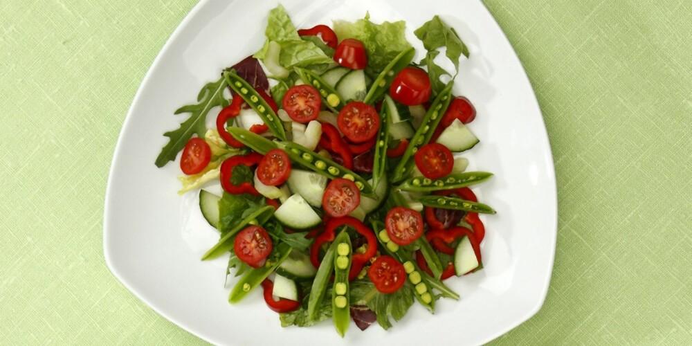 VITAMIN C er viktig for dannelse av bindevevskollagen, sårheling og oppbinding av tungmetaller og for å fange opp jern fra kornmat og grønnsaker og dermed økt jernopptak. 75 mg dekkes med: 1 porsjon salat med paprika, eller 1 porsjon wok eller 2 poteter + 1 porsjon grønnsaker + 1 kiwi