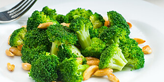 KALSIUM I BROKKOLI: Både mandler og brokkoli har høyt innhold av kalsium, men du må spise store mengder for å dekke dagsbehovet på 800 milligram. ILLUSTRASJONSFOTO: Colourbox