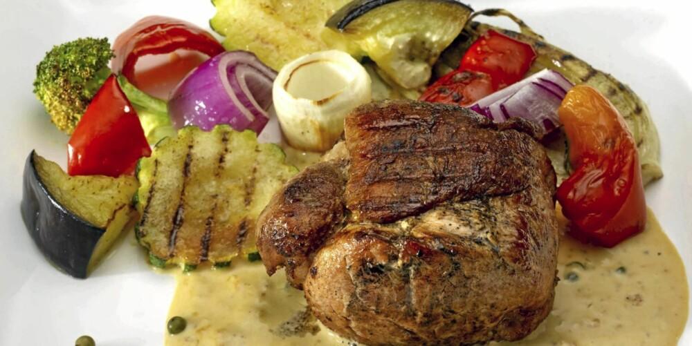 LAVKARBO-SVIN: Svinefilet tournedos med grønn peppersaus og grillede grønnsaker.