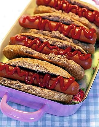 LAVKARBO-PØLSEBRØD: En sunn erstatning for de vanlige pølsebrødene fra butikken. Kan også formes ut som hamburgerbrød.