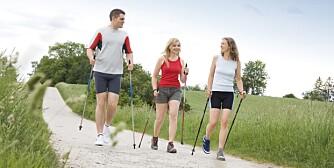 STAVER: Å gå kan være belastende på knærne, særlig hvis man er overvektig. Da kan det være en fordel å gå med staver for å minske belastningen. En ekstragevinst er økt intensitet og, ikke minst, økt forbrenning.