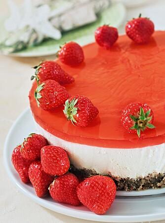 OSTEKAKE: med gelélokk og friske jordbær