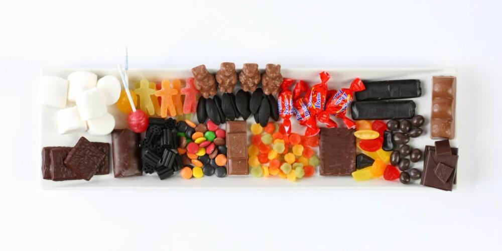 KALORIBOMBER: Alt dette godteriet inneholder 2700 kalorier (kcal). Hver av de 18 godteritypene du ser inneholder 150 kalorier hver.