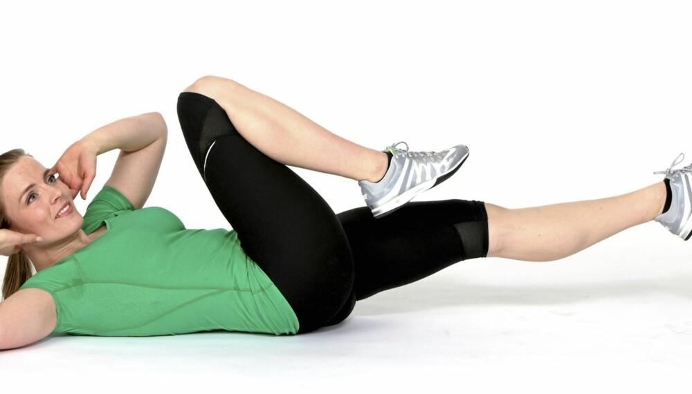 SAKSING: Trener de rette- og de skrå magemusklene.