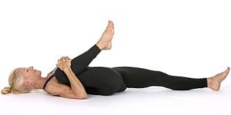 WIND REMOVING POSE: Denne øvelsen masserer tykk- og tynntarmen og til slutt hele tarmsystemet.