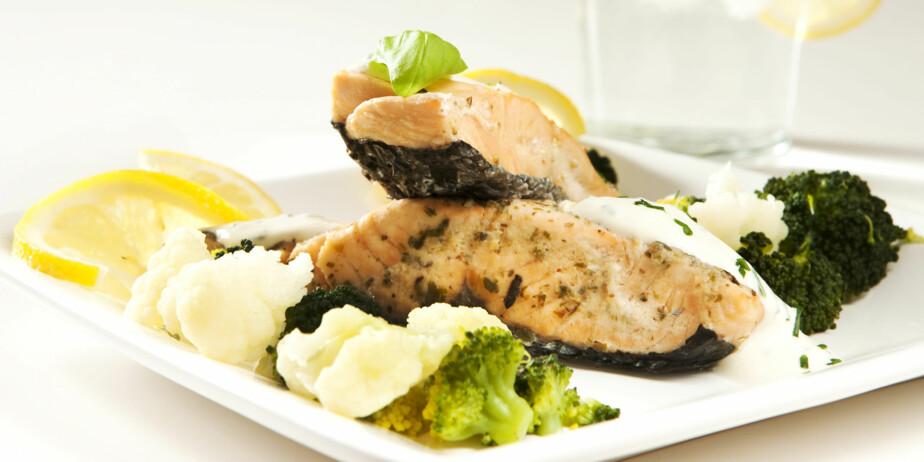 MIDDAG: Laksefilet med dampede grønnsaker og rømme er lavkarbo-mat.