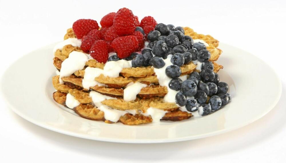 TÅRN: Vaflene kan pyntes med yoghurt og massevis av friske bær.