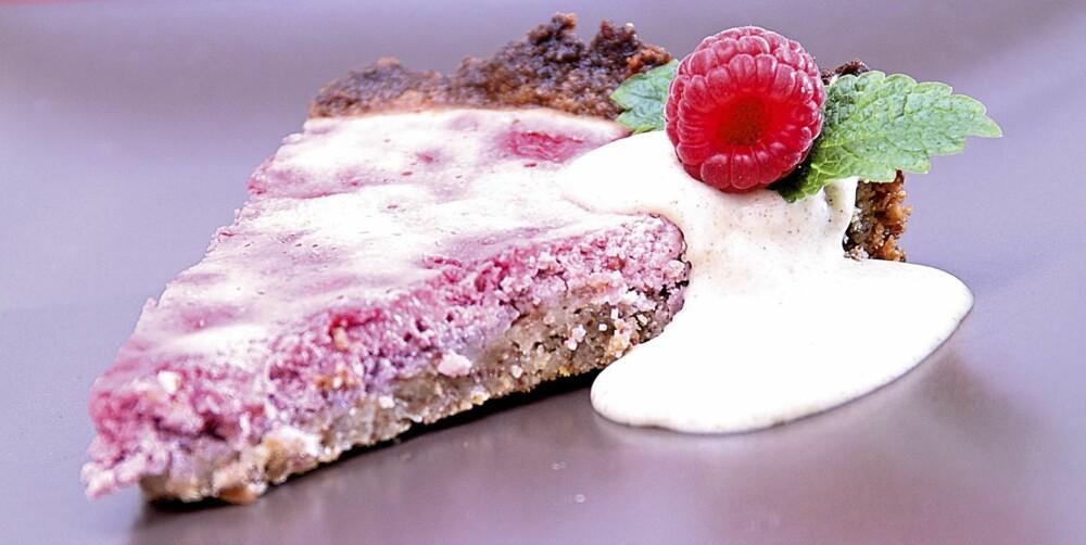FRISTELSE: Bringebærpai kan serveres med friske bær og crème fraichê.