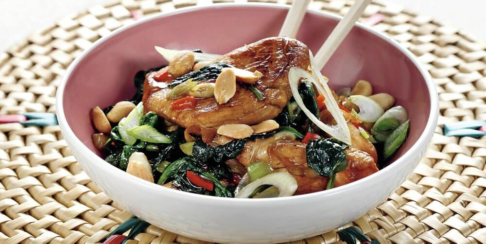 WOK: En porsjon kylling- og grønnsakwok med peanøtter inneholder bare 10 gram karbohydrat.