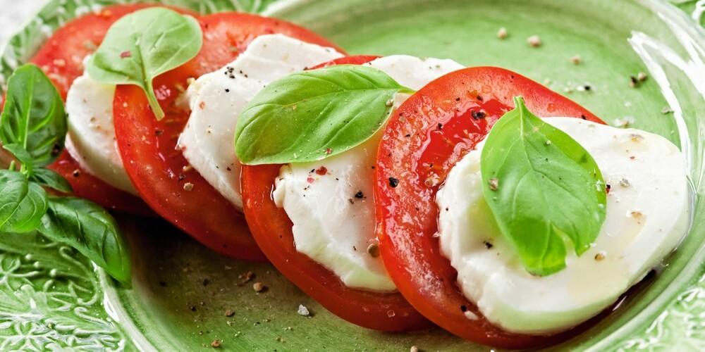 TOMATSALAT: Mozzarellaost og tomat i skiver, en klassiker!