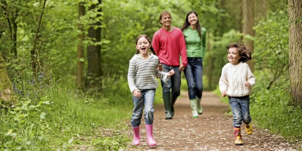 TA MED BARNA: Ta med deg barna ut på tur for å holde deg i aktivitet.