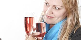 TID FOR FEST: Det lønner seg å velge noe lett i glasset, som alkoholfritt øl eller eplesaft.