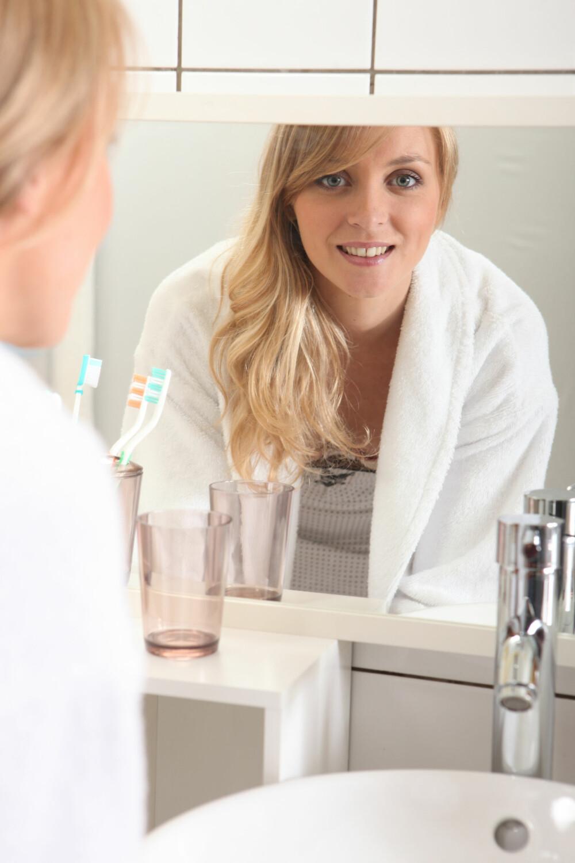 KOMBINERT HUD: - Huden kan renses på samme måte som øvrige hudtyper, men rens gjerne ekstra nøye i de fetere områdene og jobb noe mildere i de tørre delene av ansiktet, sier hudpleier og fagsjef ved Skintific, Ann Kristin Stokke.