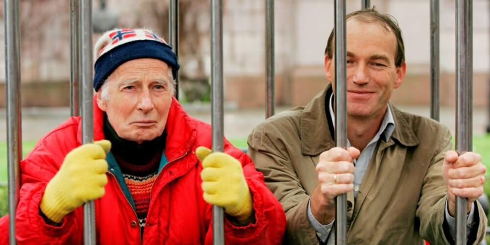 """I FENGSEL: I 2004 gikk filosofiprofessor Arne Næss (t.v.) og sosialantropolog Thomas Hylland Eriksen i """"fengsel"""" ved frivillig å gå inn i en celle foran Stortinget. Det gjorde de to professorene for å  vise solidaritet med forfulgte studenter og akademikere i Zimbabwe og Colombia."""