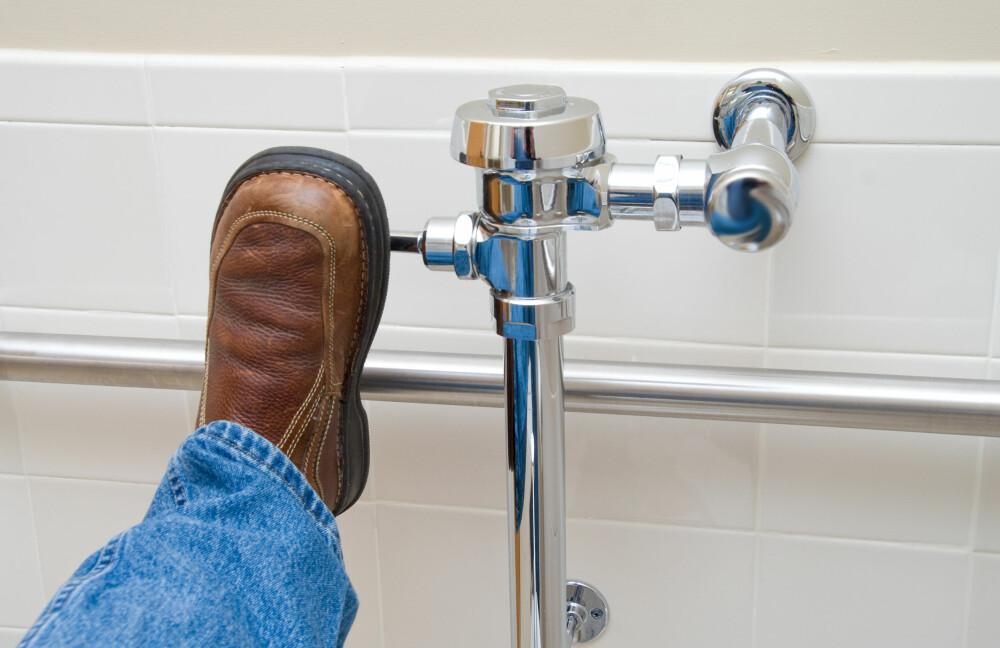 BAKTERIER: Når du trekker ned, svever små dråper med bakterier opp fra do.