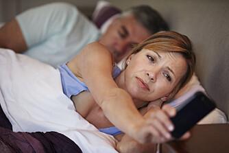 DÅRLIG VALG: Ikke velg mobiltelefonen som underholdning når du ikke får sove. Den gjør innsovningen enda vanskeligere.