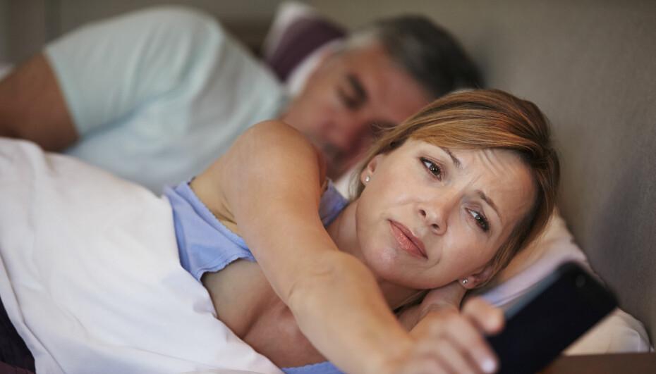 HVORDAN SOVNE FORT: Ikke velg mobiltelefonen som underholdning når du ikke får sove. Den gjør innsovningen enda vanskeligere.
