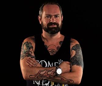 BLOTTLAGT: Musikkanmelder- og programleder Asbjørn Slettemark avdekker mange tatoveringer når han viser kropp.