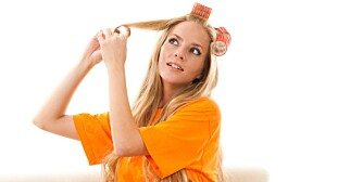 HÅRSYNDER: Stramme hårfrisyrer og hyppig bruk av stramme hårruller kan slite håret unødig.