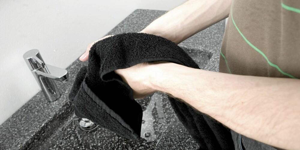 BYTT OFTE: Vanlige håndkler er greie å bruke til håndtørk, men pass på å bytte den ut hver uke. Om en i familien er syk, bør vedkommende ha eget håndkle til han er frisk.