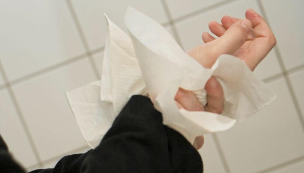 BEST MED PAPIR: Papirtørk var mest effektivt for å fjerne bakterier fra hender etter vask. Håndtørkere gir flere bakterier, og aller verst er det om vi gnir hendene imens vi tørker dem, viser undersøkelsen.
