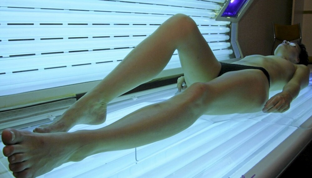 NÅ KAN DU STÅ: Vi er vant til å ligge i solariet, men hvis nyheten slankesolarium slår an, kan du snart stå og trene når du soler deg.