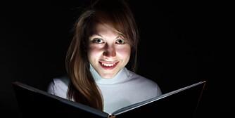 MØRKT: Lesing i dårlig lys kan gi deg plager med øynene og i verste fall skader på hornhinnen.