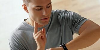 HJERTEBANK: Det å kjenne på egne pulsslag når du har hjertebank, kan i seg selv være en god indikasjon på om du bør kontakte lege eller ikke.