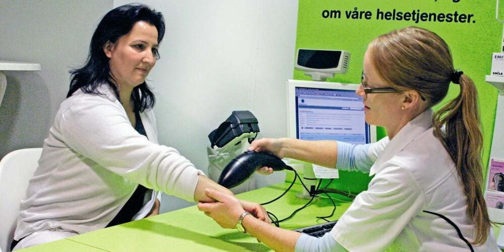 ELEKTRONISK: Slik foregår føflekk-sjekken i apotek. Apparatet tar bilder av føflekken du ønsker å sjekke, som siden blir sendt elektronisk til hudlege.