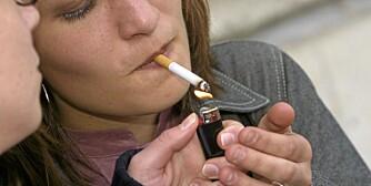 FARLIG: Om lag 21 prosent av kvinner i Norge røyker daglig. Mye tyder på at det er farligere for kvinner enn menn å røyke.