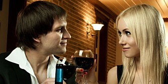 ROMANTIKK MED VIN: Ikke del vinflasken likt. En ekte gentleman drikker alltid mer enn kjæresten.