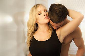 UKOMFORTABEL NAKEN: De som er ukomfortable med å vise frem kroppen sin, får ikke glede av sex om de holder igjen og skjermer seg, mener sexolog. ILLUSTRASJONSFOTO: Colourbox