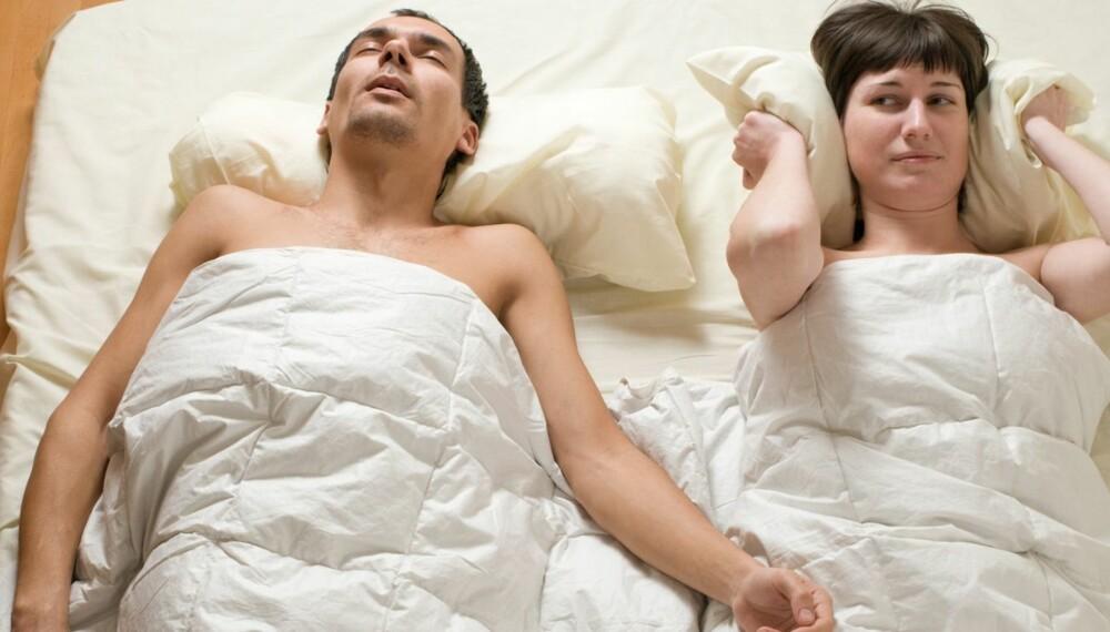 STORT PROBLEM: Snorking er plagsomt både for snorkeren selv og den som sover ved siden av ham.