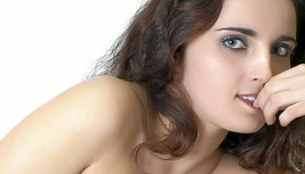FLØRTER: Kvinner sender ut mange flere flørtesignaler enn menn. Se hvilke tegn du skal se etter.