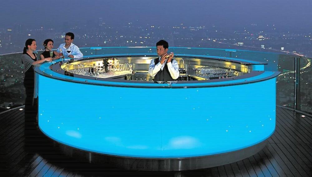 TURKIS: Skal det være et glass champagne? På Sirocco bar kan du nyte en drink eller middag på Bangkoks tak.