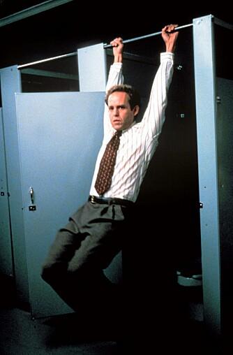 AKROBATIKK PÅ DO: Her prøver Peter MacNicol, som John Cage i Ally McBeal, å imponere på do. Norske damer liker imidlertid ikke forsøk på flørt og sjekking på unisex-do.