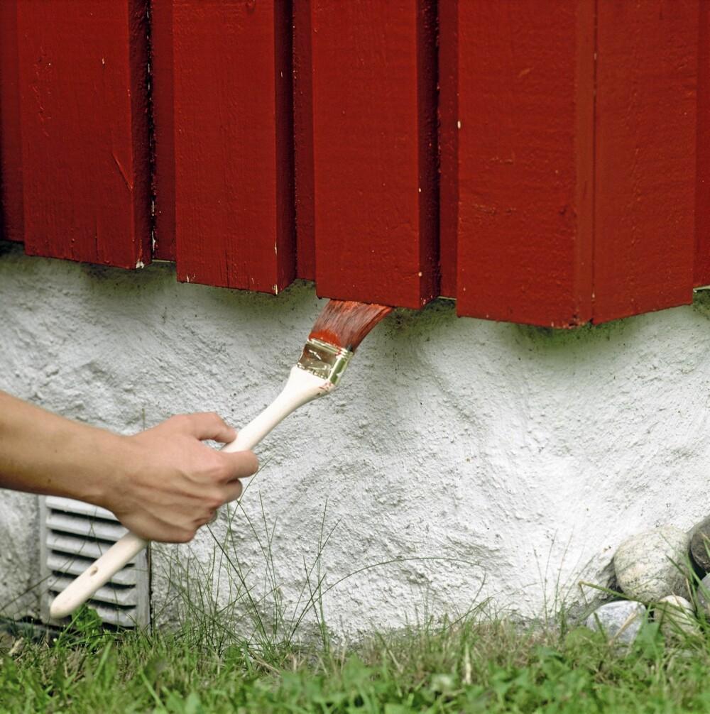 ENDEVED: Når huset skal males eller beises er det viktig å mette endeveden, ellers vil fuktighet trekke inn.