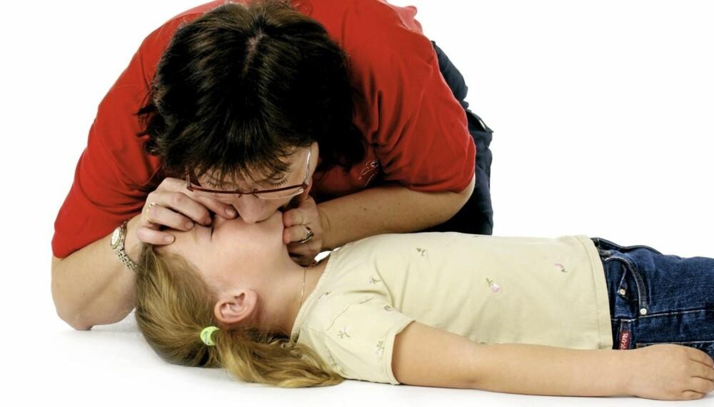 FØRSTEHJELP PÅ BARN: Slik utfører du hjerte- og lungeredning på barn, både spedbarn og barn over ett år.
