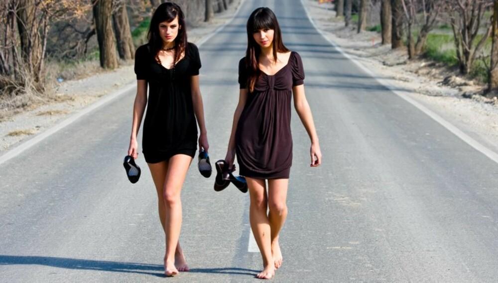 UT PÅ TUR: Noen få minutters gange hver dag gir god helseeffekt. Med eller uten sko på.