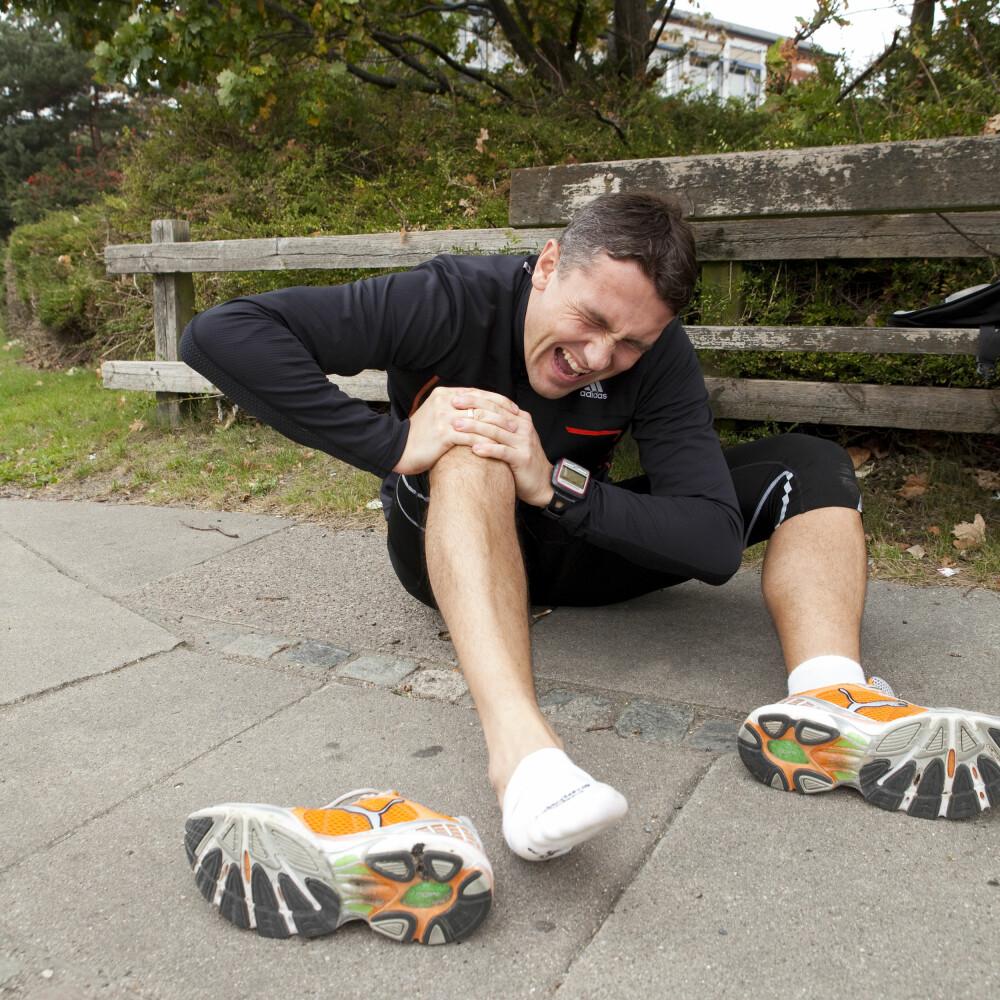 SMERTER: Årsaken her er ofte ubalanse i muskulatur som styrer kneskjellets bevegelse under bøye –og strekkbevegelser av kneet. FOTO: Colourbox