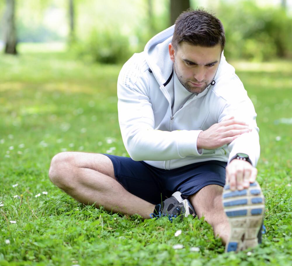 FOREBYGGING: Tøying og mobilitetstrening er vesentlig for å unngå betennelse i fotsålen. Foten består av mange knokler og ledd, og stivhet mellom leddene kan forårsake ugunstig belastning og en dårligere fotavvikling under løp og gange. FOTO: Colourbox