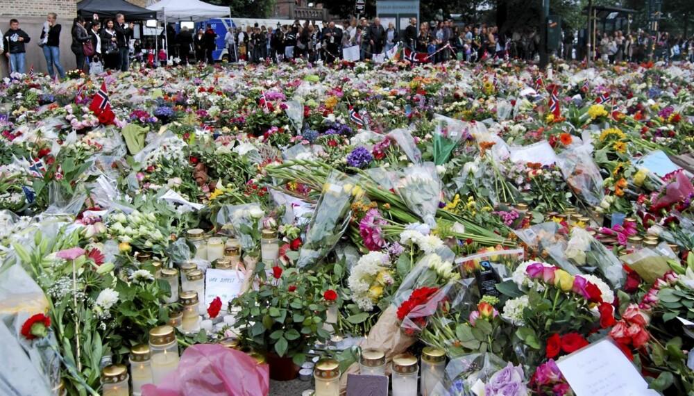 BLOMSTERHAV: Mange har lagt ned blomster til minne om ofrene etter angrepene i Oslo og på Utøya. Her utenfor domkirka i Oslo.