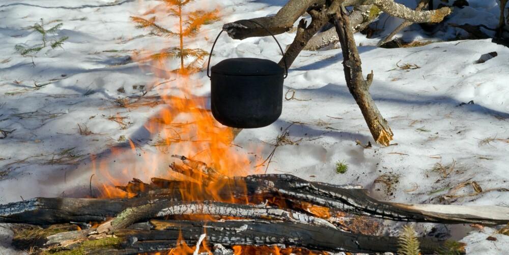 KJERRING: Ordet «kjerring» har minst to betydninger. I bålsammenheng er det ensbetydende med en stokk der du henger kaffekjelen.