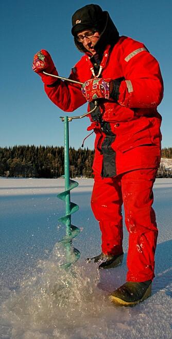 GRUNNUTRUSTNING: Et godt isbor, varme klær, godt fottøy og ispigger trenger du uansett hvilken art du isfisker etter.