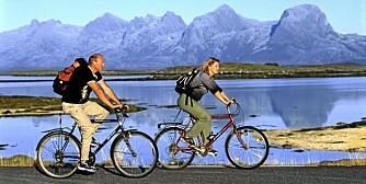 HIMMELBLÅ: Dra på øyhopping med sykkel i Helgelands skjærgård, omgitt av sagafjell som De syv søstre og Torghatten.