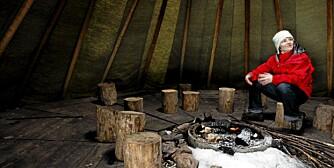 LAVVO: Fagsjef for folkehelsen i Den Norske Turistforening Heidi Rustand  viser frem en handikapvennlig lavvo ved Setern i Bærum. DNT satser nå på å gjøre flere hytter tilgjengelige for handikappede.