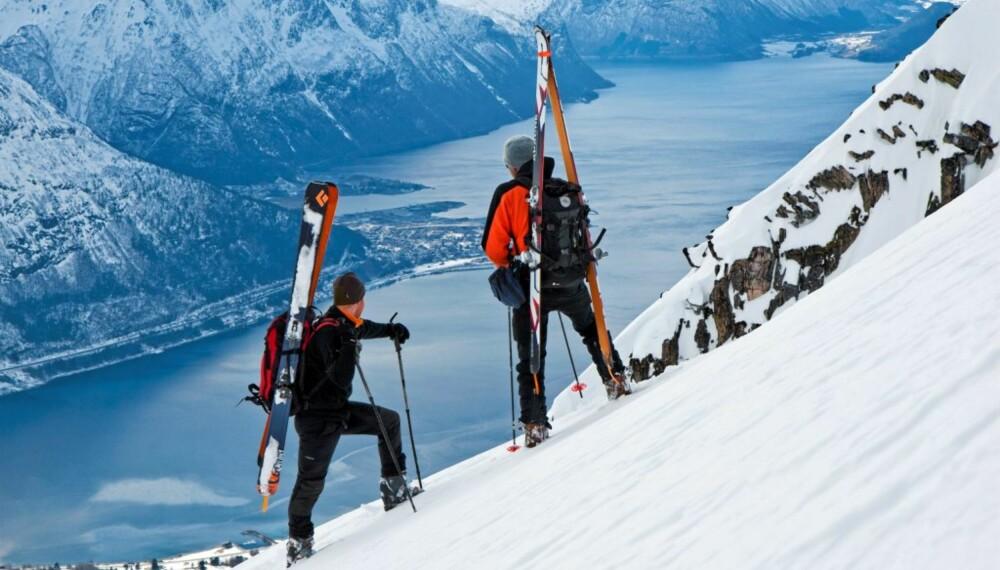 OVER ÅNDALSNES: Trond Dahle og Halvor Hagen på Snortungen, med Åndalsnes bak.