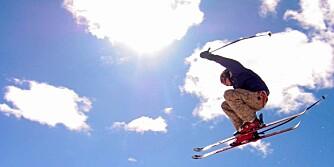 Trysil 20040410 Skiakrobatikk i strålende solskinn i skianlegget i Trysilfjellet påskeaften  Foto: Gunnar Lier / Scanpix