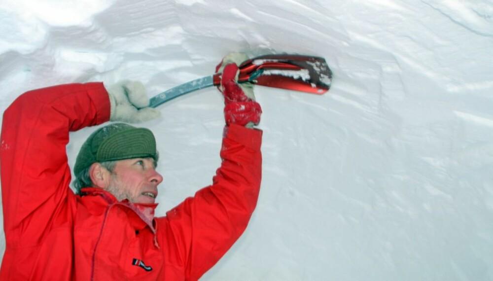 GRAV DIN EGEN HULE: Villmarksliv-redaktør Dag Kjelsaas gir deg tipsene til en god snøhule.